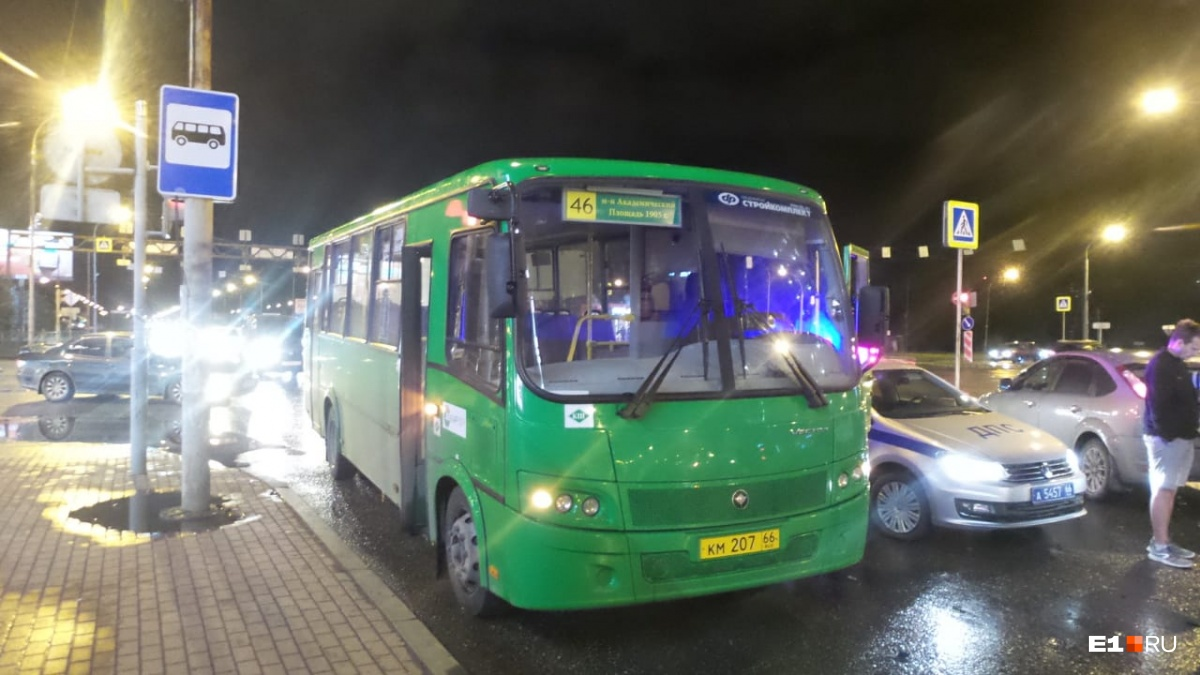 Автомобиль отбросило на автобус