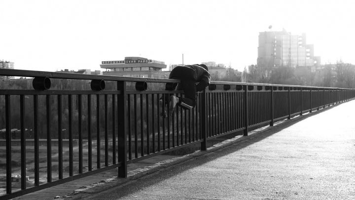 «Снял ботинки и разлил масло»: в Волгограде молодой мужчина прополз по перилам Астраханского моста