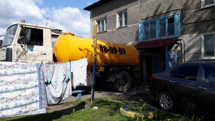 Жильцы дома задыхаются от нечистот в подвале, но управляющая компания обвиняет во всем ассенизатора