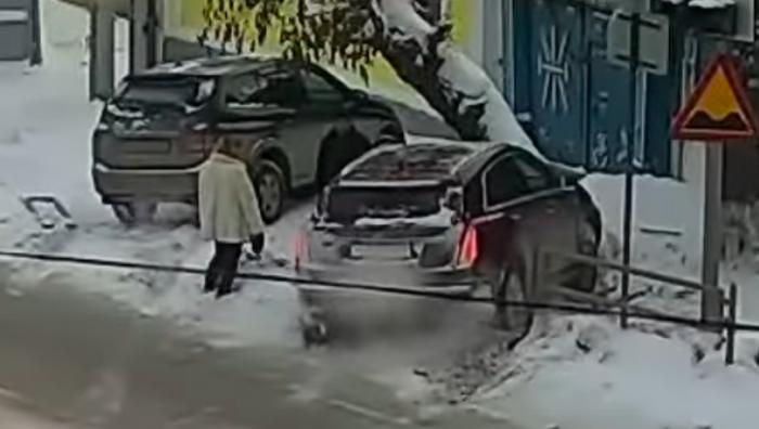 По официальной версии, за рулем в момент этого ДТП была женщина, но просмотр записи говорит, что на самом деле машиной управлял мужчина