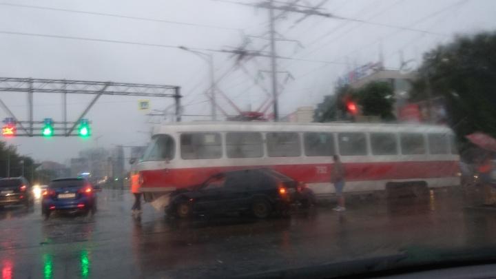 На Московском шоссе ВАЗ-2114 влетел в трамвай