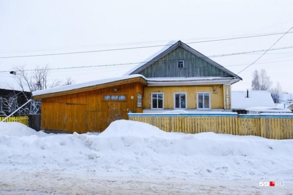 Мать с мужем и четырьмя детьми жила в этом доме