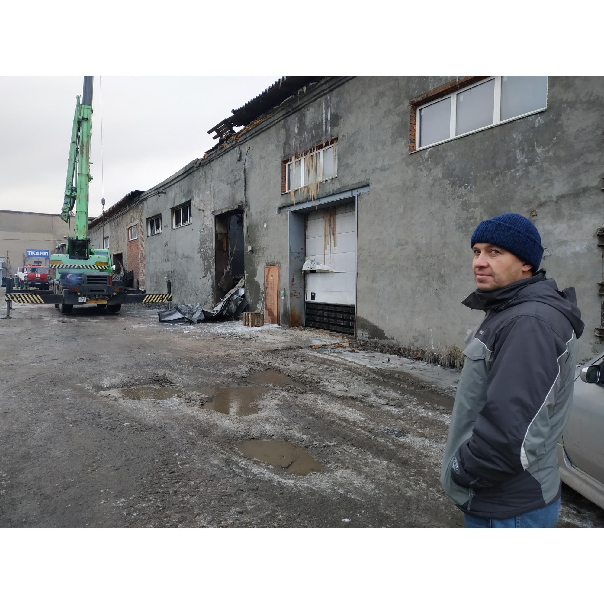 Алексей Морозов пока еще не знает масштаба последствий: пожарные разгребают завалы, внутри помещения мужчина еще не был