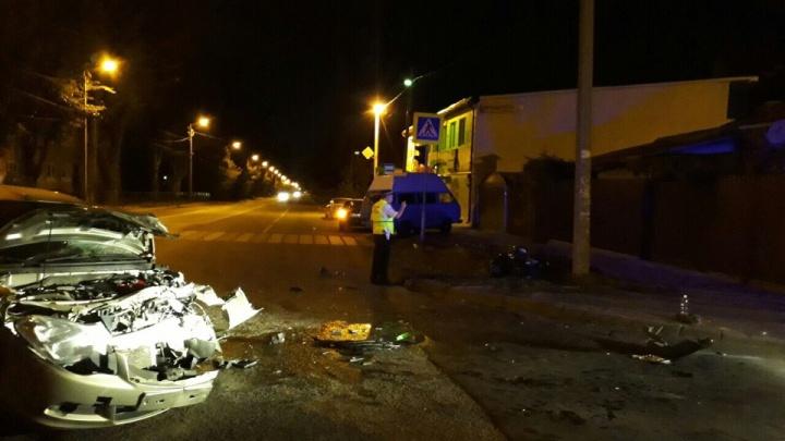 Выехал на встречную: в Ростове лихач на мотоцикле врезался в легковушку