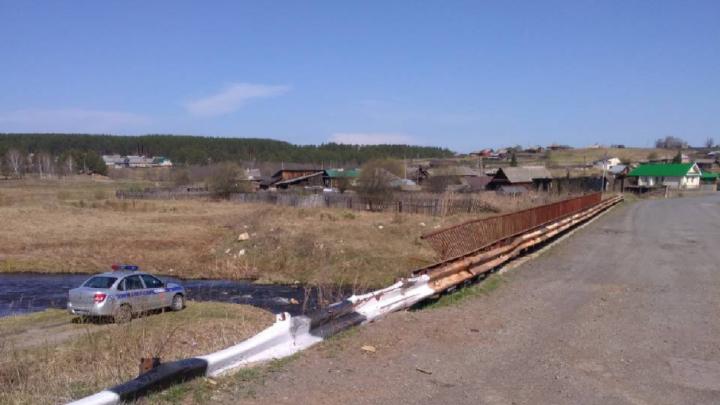 В Челябинской области автомобилист слетел с моста в реку