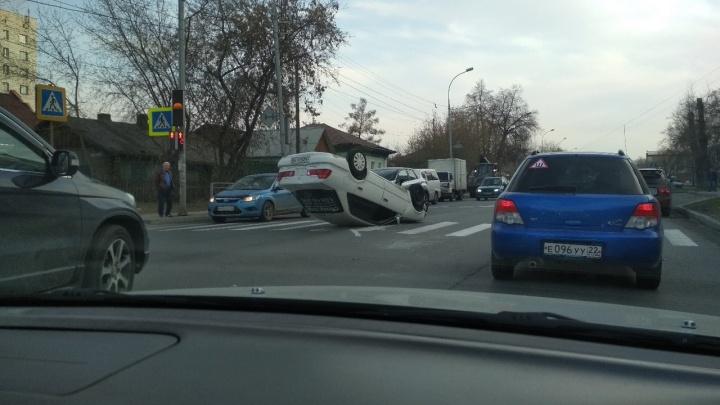 Фото: «Тойота» легла на крышу на перекрёстке в Октябрьском районе