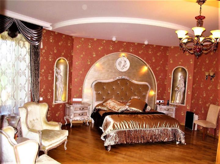 Золотая спальня и позолоченный хаммам в доме. Об унитазах в объявлении — ни слова. Возможно, они тоже драгоценные