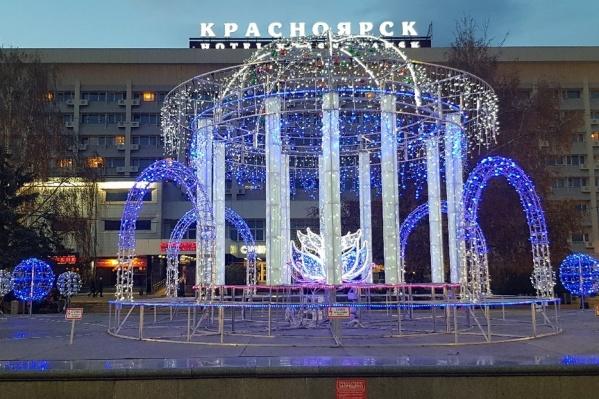 Яркой иллюминацией украшен центральный фонтан площади