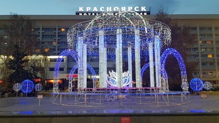 На Театральной площади включили зимнюю иллюминацию. Любуемся яркими снимками