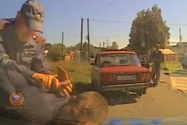 Молодого человека поймали в полях, после того, как он бросил машину