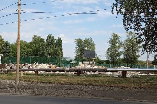 Фанера, доски и картон уже четыре недели лежат на улице Курчатова