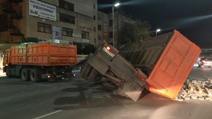 В Кургане на улице Бажова перевернулся грузовик с плиткой