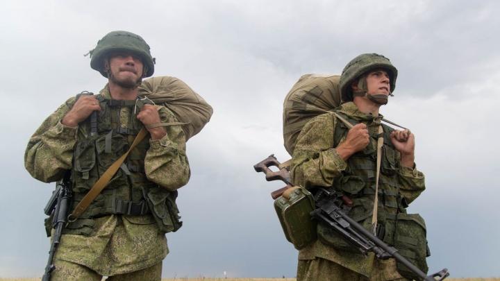 Под Волгоградом 800 десантников забросили с парашютами в тыл врагу