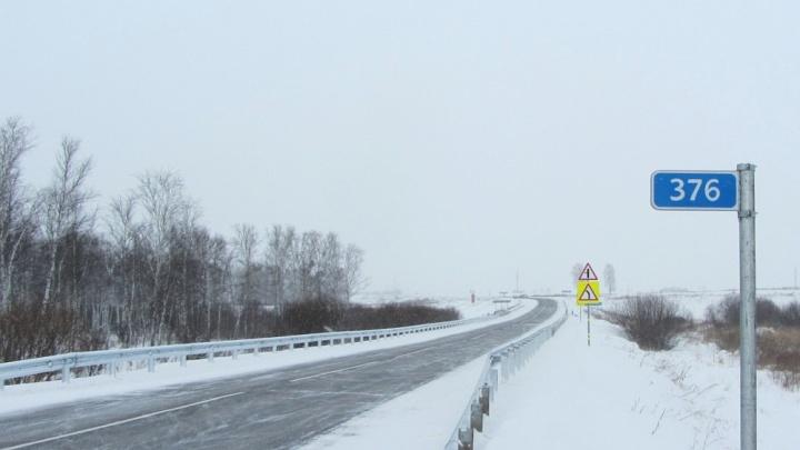 «Чтобы автомобили не вылетали с трассы»: на дороге под Красноярском тестируют новое ограждение