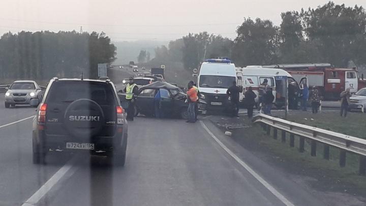 На трассе под Новосибирском «Форд» врезался в «семёрку»: на месте скорая и пожарные