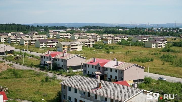Убирают окна, откручивают сайдинг: смотрим, как в Березниках сносят 58 домов за 1,4 миллиарда рублей