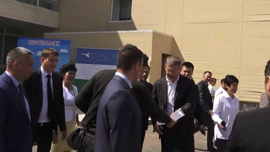 Активист группы «Против завода смерти в Камбарке» вручил ноту протеста Радию Хабирову