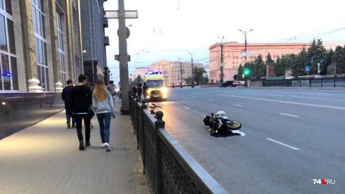 Мотоциклист упал на проспекте Ленина недалеко от площади Революции