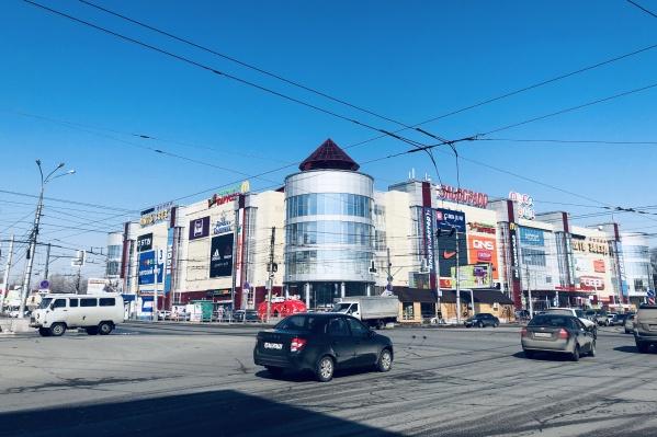 Видеоэкран расположен в нескольких метрах от ТРК со стороны Победы