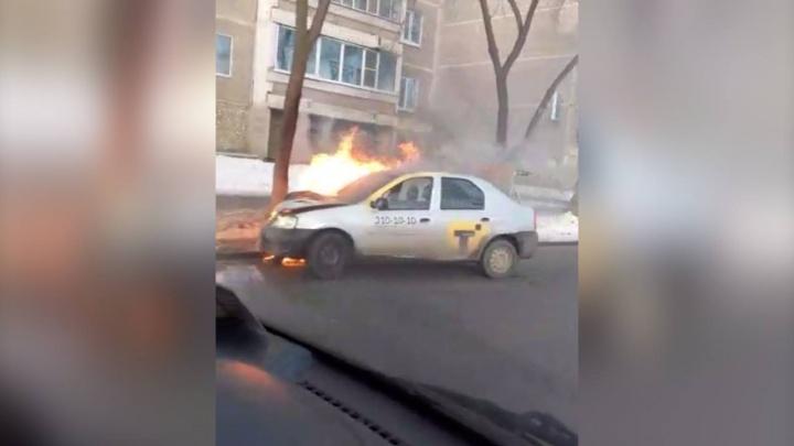 На Елизавете после столкновения с «четырнадцатой» загорелось такси