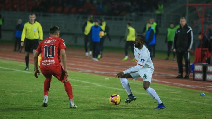 Футбольный «Енисей» проиграл «Локомотиву» в домашнем матче с разгромным счетом