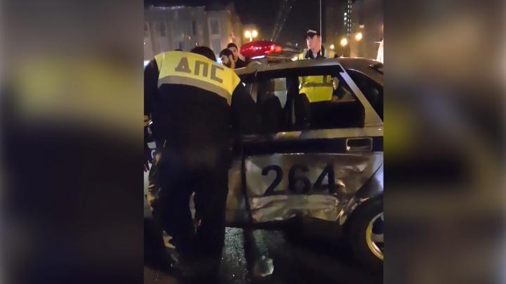 Видео: дрифтер на «Инфинити» въехал в экипаж ДПС в центре Новосибирска