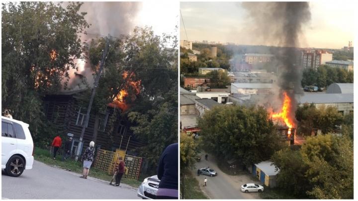 На Новогодней горел восьмиквартирный деревянный жилой дом