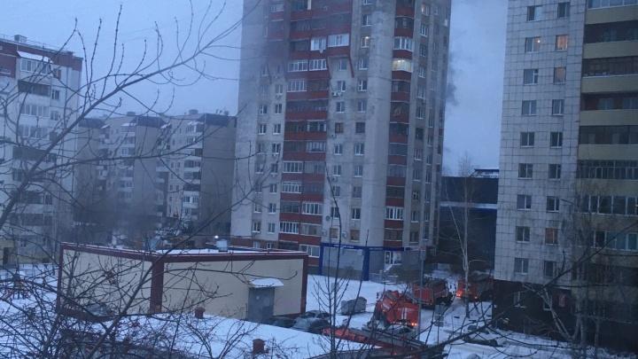 Семью с ребенком спасли из горящей квартиры на Пермякова
