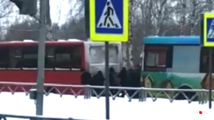 Навалились дружно: в Ярославле пассажиры руками вытолкали маршрутку из колеи. Видео