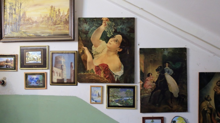 """""""Третьяковка отдыхает"""": екатеринбурженка устроила в подъезде картинную галерею"""