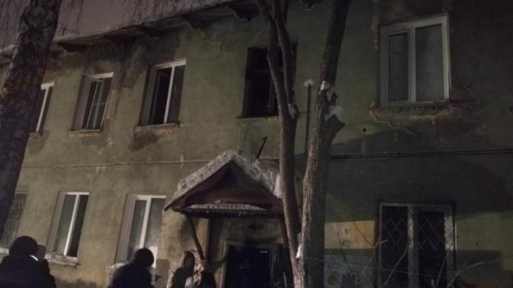 Пожар на Гастелло: сосед отогнул решётку на окне горящего дома и спас двух детей