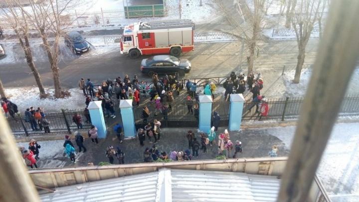 Из-за короткого замыкания из школы на Эльмаше эвакуировали 450 человек