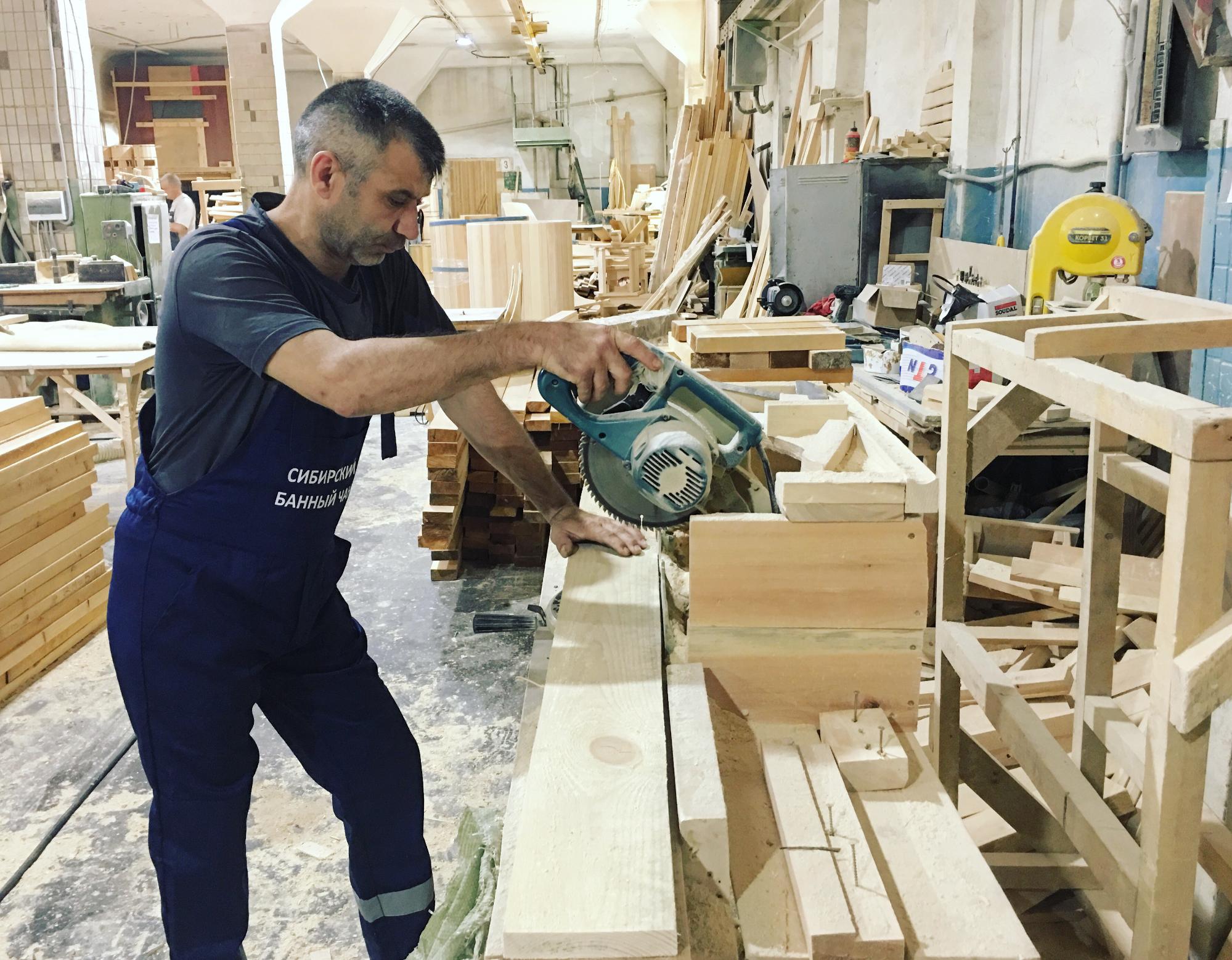 Производство «Сибирского банного чана» раскинулось по городу, утверждают бизнесмены. Деревянные части для чана делают в другом цеху в Новосибирске. Кедр для лавок и спинок бондарь-плотник возит для компании с Алтая