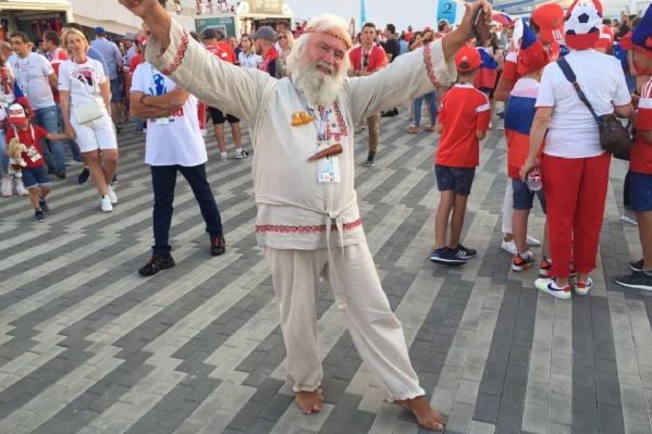Вот так Николай приходил на каждый матч чемпионата мира по футболу с участием России