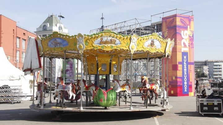 На площадь Ленина поставили карусель с лошадками из Центрального парка