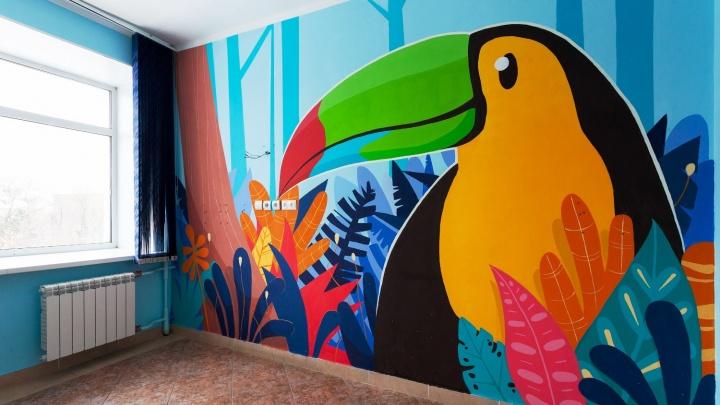 Уличные художники нарисовали огромного тукана в палате детской больницы