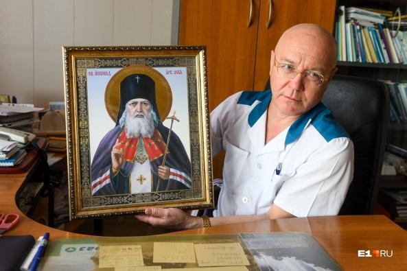 За креслом врача стоит икона, на которой изображен архиепископ Лука — покровитель врачей