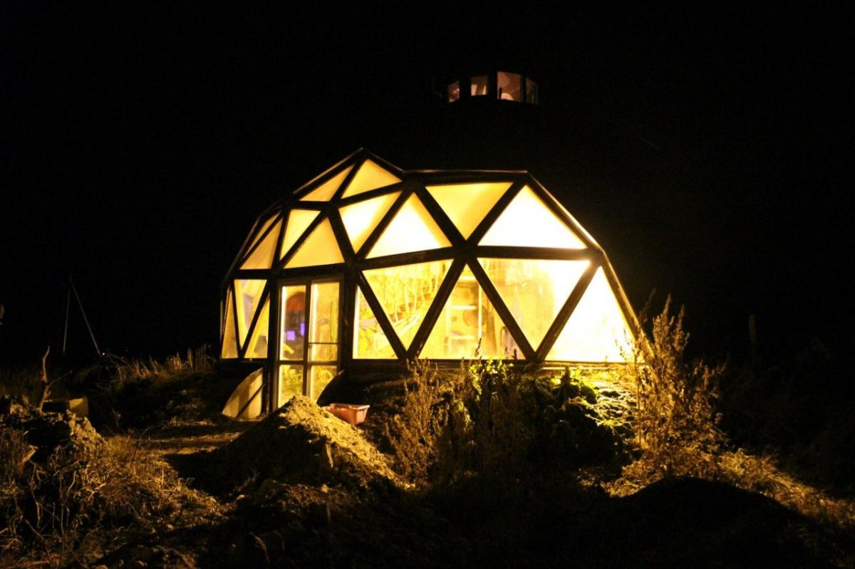 Ночью дом выглядит сказочно