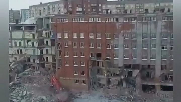 Строители ночами сносят корпус старого НИИ под окнами жилых домов