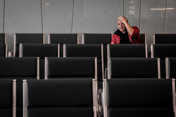 Целыми днями Вячеслав сидит в зоне ожидания в международном терминале аэропорта Толмачёво<br><br>