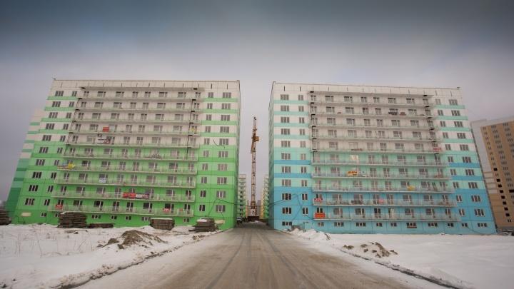 «Залезли ночью на балконы»: в домах на ЖК «Просторном» срезали баннеры с требованием сдать дома