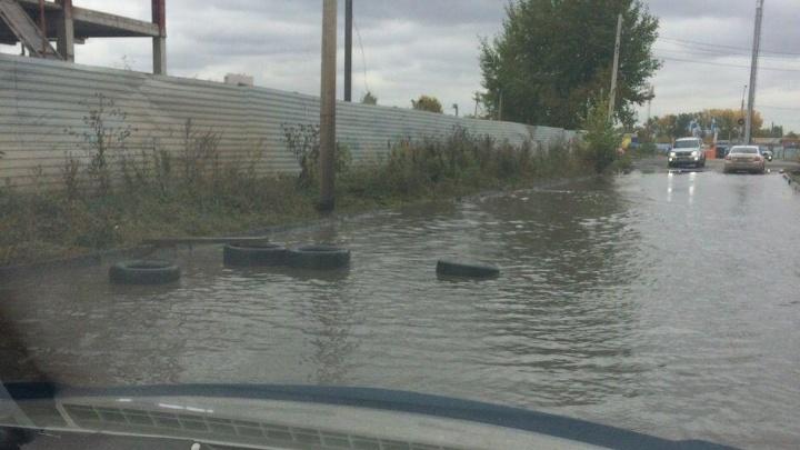 Водители массово теряют колеса в залитой водой яме «Северного»