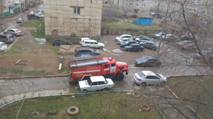 В Уфе припаркованные машины заблокировали дорогу пожарным