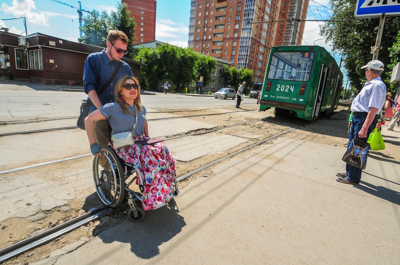 Бордюры, трамвайные рельсы и выбоины