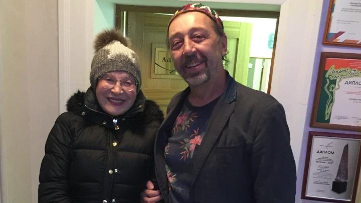 «Пить лучше одному»: актриса Людмила Максакова пришла к Коляде и поговорила с ним о вине