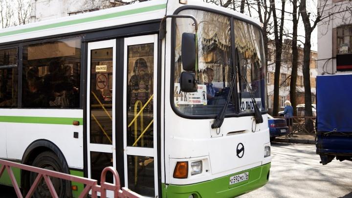 Почти разваливаются: власти признались, на каких автобусах возят ярославцев