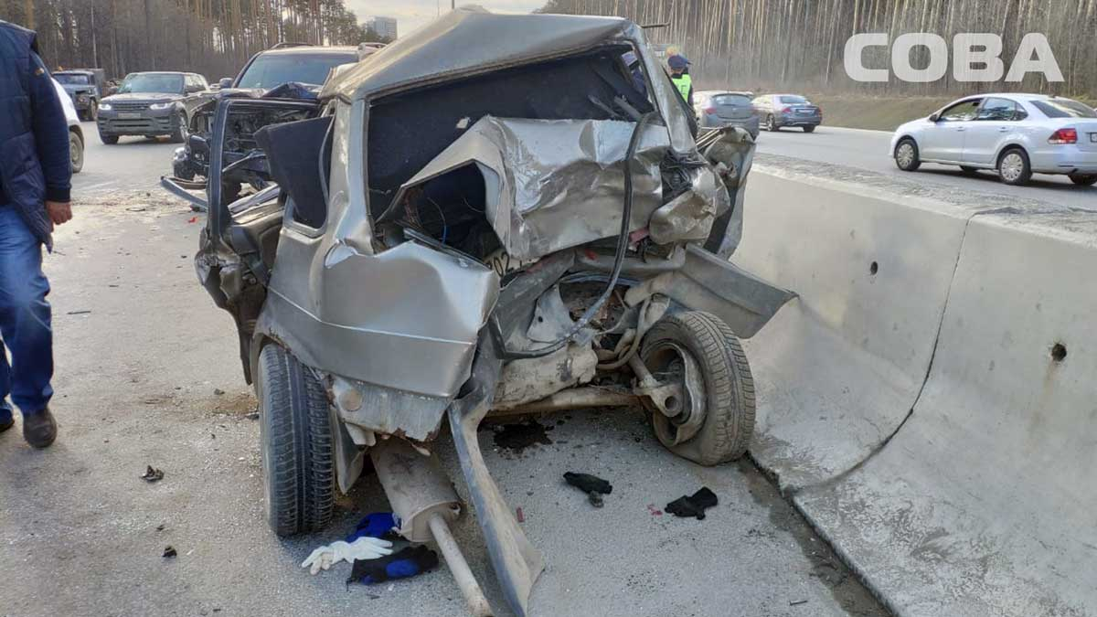 Land Cruiser врезался в сломавшийся ВАЗ: подробности страшной аварии на Россельбане