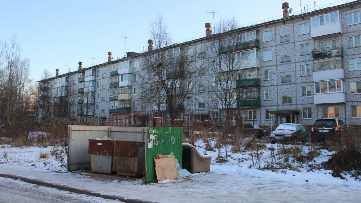 Телефоны и мессенджеры: куда обращаться в Архангельске, если со двора не вывозят мусор