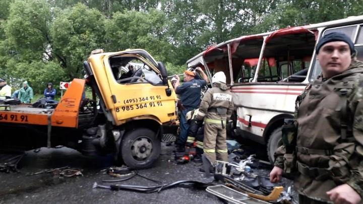 «Эвакуатор вылетел навстречу автобусу»: фото с места страшной аварии в Ярославской области