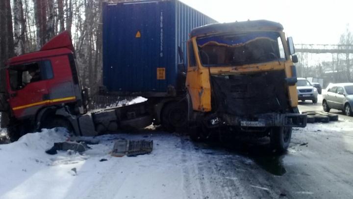 На Егоршинском подходе крупная авария: столкнулись два грузовика и три легковушки